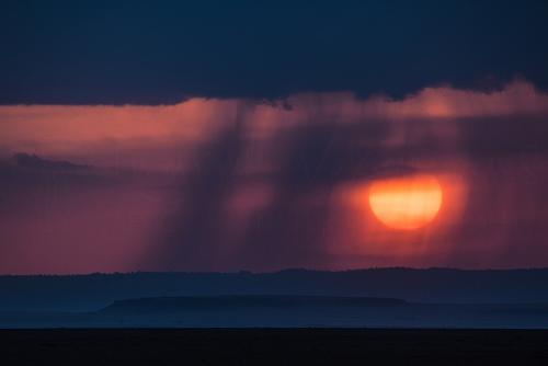 Regen bij zonsondergang in de Masai Mara tijdens Migratie en Meren van de Grote Rift fotosafari